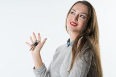 Uśmiechnięci biznesowej kobiety lub agenta nieruchomości seansu klucze Zdjęcia Stock