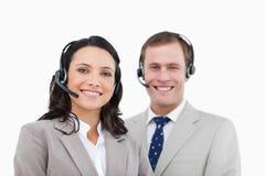 Uśmiechnięci centrum telefoniczne agenci stoi wpólnie Zdjęcie Stock