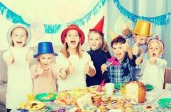 Uśmiechnięci dzieci ma partyjnych friend's urodzinowych Obrazy Stock