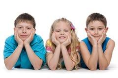 Uśmiechnięci dzieci na bielu Zdjęcia Royalty Free