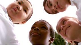 Uśmiechnięci dzieci tworzy skupisko w okręgu zdjęcie wideo
