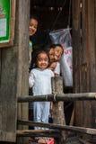 Uśmiechnięci dzieci w Kambodżańskiej wiosce rybackiej fotografia stock