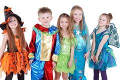 Uśmiechnięci dzieci w karnawałowym kostiumu stojaku Fotografia Stock