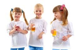 Uśmiechnięci dzieci z szkłem sok Obrazy Royalty Free