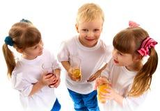 Uśmiechnięci dzieci z szkłem sok Zdjęcie Royalty Free