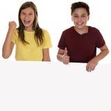 Uśmiechnięci dzieci z sztandarem pokazuje thum pustym copyspace i Zdjęcia Royalty Free