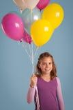 Uśmiechnięci dziewczyny mienia balony fotografia stock