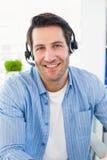Uśmiechnięci fotografia redaktorzy jest ubranym hełmofon Zdjęcia Royalty Free