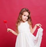 Uśmiechnięci kif dziewczyny mienia valentines kierowi Zdjęcie Stock