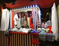 Uśmiechnięci kobieta buble grżą odzieżowego przy Ryskim boże narodzenie rynkiem Obrazy Royalty Free