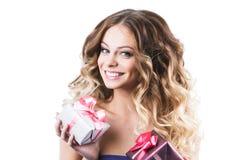 Uśmiechnięci kobieta chwyta prezenta pudełka Odosobniony biały tło obrazy stock