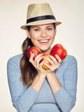 Uśmiechnięci kobiety mienia czerwieni jabłka Kapeluszowy być ubranym Fotografia Royalty Free
