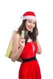 Uśmiechnięci kobiety mienia torba na zakupy przed bożymi narodzeniami pokazuje cre Fotografia Stock