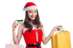Uśmiechnięci kobiety mienia torba na zakupy przed bożymi narodzeniami pokazuje cre Zdjęcie Stock