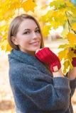 Uśmiechnięci kobiety zgromadzenia jesieni liście Obraz Royalty Free