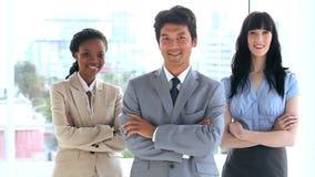 Uśmiechnięci ludzie biznesu krzyżuje ich ręki zbiory