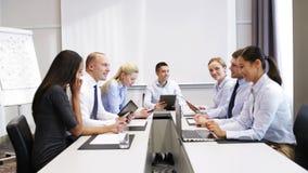 Uśmiechnięci ludzie biznesu spotyka w biurze zdjęcie wideo