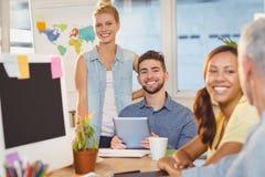 Uśmiechnięci ludzie biznesu używa cyfrowego peceta Fotografia Royalty Free