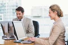 Uśmiechnięci ludzie biznesu używa komputer Zdjęcie Royalty Free