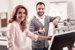 Uśmiechnięci mądrze projektanci kończy ich kreatywnie projekt zdjęcie stock