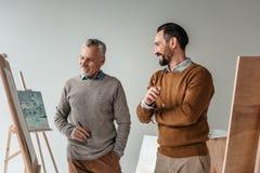 uśmiechnięci męscy starsi artyści stoi wpólnie obrazy stock