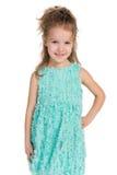 Uśmiechnięci mała dziewczynka stojaki zdjęcia royalty free