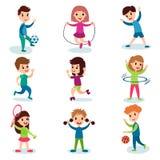 Uśmiechnięci małe dziecko charaktery robi różnym sportom i bawić się sportive gry, dzieciak fizycznej aktywności kreskówki wektor royalty ilustracja