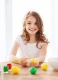 uśmiechnięci małej dziewczynki kolorystyki jajka dla Easter Zdjęcia Royalty Free