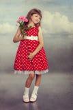 Uśmiechnięci małej dziewczynki mienia kwiaty Zdjęcia Stock