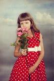 Uśmiechnięci małej dziewczynki mienia kwiaty Obraz Royalty Free