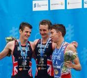 Uśmiechnięci medalistów triathletes pije szampana na podiu Obraz Royalty Free