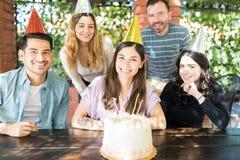 Uśmiechnięci Najlepszy kumple Świętuje urodziny zdjęcia stock