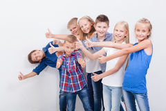 Uśmiechnięci nastolatkowie pokazuje ok podpisują na bielu Fotografia Stock