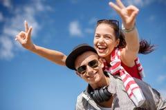 Uśmiechnięci nastolatkowie w okularach przeciwsłonecznych ma zabawę outside Obraz Stock
