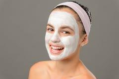 Uśmiechnięci nastoletniej dziewczyny twarzy maski nadzy ramiona Obrazy Royalty Free