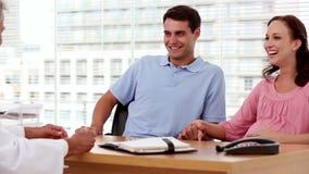 Uśmiechnięci pacjenci słucha lekarkę zbiory