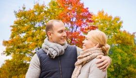 Uśmiechnięci para liście w jesień parku zdjęcie royalty free