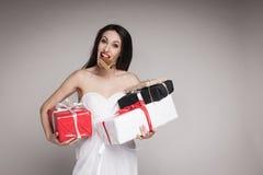 Uśmiechnięci piękni kobiety mienia prezenty Zdjęcie Royalty Free