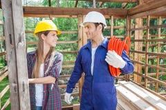 Uśmiechnięci pracownicy budowlani Przy miejscem Fotografia Stock