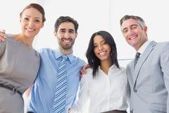 Uśmiechnięci pracownicy stoi wszystko wpólnie obraz stock