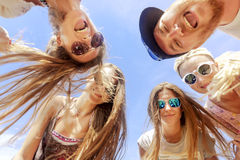 Uśmiechnięci przyjaciele stoi w okręgu Fotografia Stock