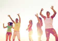 Uśmiechnięci przyjaciele tanczy na lato plaży zdjęcie stock
