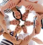 Uśmiechnięci przyjaciele w okręgu Fotografia Royalty Free