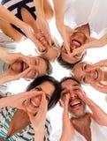 Uśmiechnięci przyjaciele w okręgu Zdjęcia Stock