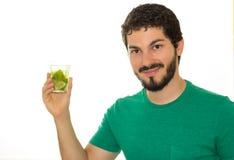 Uśmiechnięci samiec przedstawienia pije szkło Fotografia Royalty Free