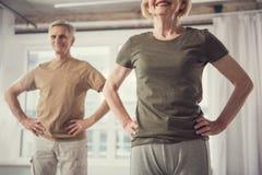 Uśmiechnięci starsi ludzi jest sportive zdjęcia royalty free