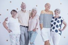 Uśmiechnięci starsi przyjaciele ściska each inny zdjęcia royalty free