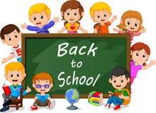 Uśmiechnięci szczęśliwi ucznie z zielonym sztandaru Blackboard ilustracja wektor
