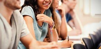 Uśmiechnięci ucznie słucha wykładowcy ilustracji
