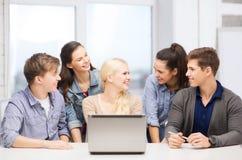 Uśmiechnięci ucznie z laptopem przy szkołą Obraz Royalty Free